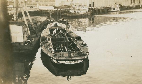 File:CIM-glassbottom boat-Emperor.jpg