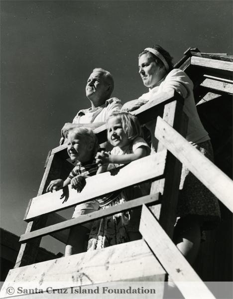 File:Herbert, Elizabeth, Elizabeth Edith & Mary Ann Miguel Lester.jpg