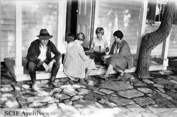 File:SRI Wave Wagner, Russ Vail, Margaret Vail Woolley and their mother Nita Vail playing cards 1930s.jpg