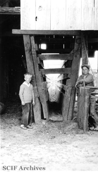 File:SRI A.Vail & EK Smith at the dehorning chute ca. 1930s.jpg